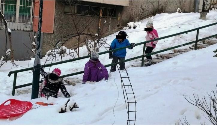 Šokantan prizor u Sarajevu: Djeca puštena vani na hladnoću