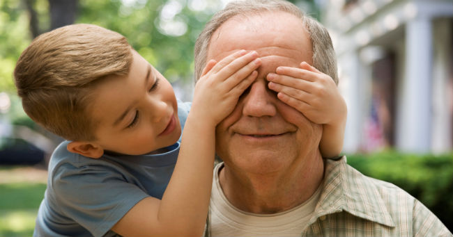Djeca koja odrastaju uz bake i djedove sretnija su, pametnija i obrazovanija