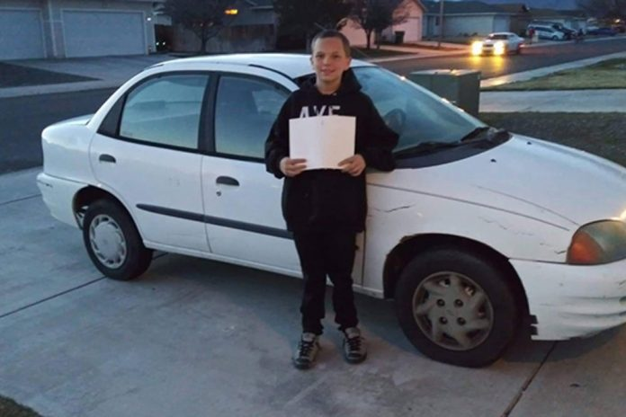 13-godišnji sin kupio svojoj samohranoj majci automobil: Zarađivao je tako što je kosio dvorišta susjedima